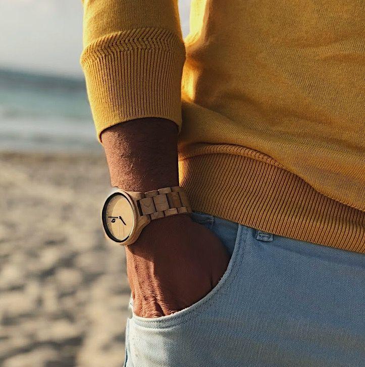 Reloj de hombre de madera Eixample maple en playa