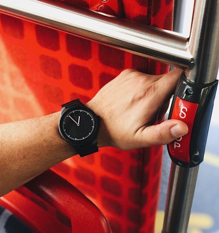Reloj unisex de madera Eixample Sandal en autobus